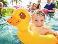 Enfant joue dans une piscine