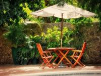 Salon de jardin en bois avec parasol